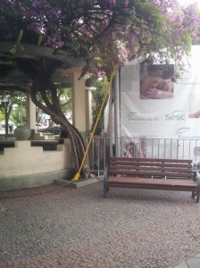Foto da edificação na praça