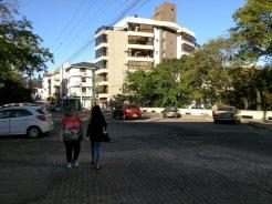 Pedestres não caminham pela calçada